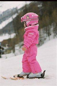 Equipement de ski Poivre Blanc - Mode enfants contre le froid - Combinaison une-pièce, idéale pour bien la protéger de la neige dès ses débuts à ski. Poivre Blanc réussit une collection de tenues de ski techniques et ludiques. Ici, le comble du chic : le casque assorti à la tenue rose...