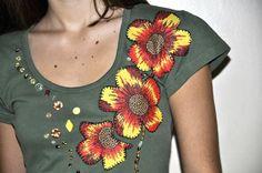 **** Camiseta verde, malha de ótima qualidade, tamanho Médio, mangas curtas,decote redondo, com aplicação de flores coloridas de chita e bordadas a mão, com lantejoulas.    ******* Produto pronta entrega.*******             Modelo: Bárbara Bet Kohls  Consultar valor do frete! Aceitamos encomendas em outros tamanhos, cores e modelos (baby look, convencional mangas longas, curtas, regata)! R$60,00