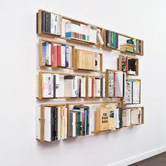 Schwebende Bücher – diesen Eindruck gewinnt man beim Regal b. Ob Kunstband oder Taschenbuch - einzig der massive Holzrahmen scheint den Büchern Halt zu geben. Ohne Bücher lüftet sich das Geheimnis, eingelassene Edelstahlwinkel halten die Konstruktion an der Wand. Aus heimischer Eiche und Edelstahl in Hamburg gefertigt. Als Einzelstück oder Regalwand, im Rastermaß oder nach eigenen Vorstellungen montiert, entstehen mit b kleine oder große, symmetrische oder eigensinnige Regalwände. Jede für…