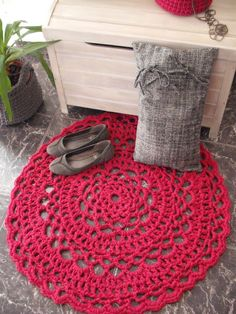 Heres a nice little crochet in the home pic found (and made) by the Portuguese blog Na Vitrine Lovely colours!