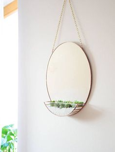 Spiegel & Terrarium in einem. Der runde Spiegel ist zum Hinhängen und kann beispielsweise mit Sukkulenten bepflanzt werden. Zu finden auf Etsy.