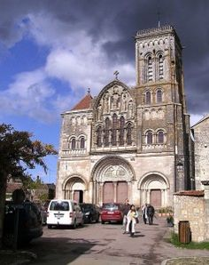 The Abbey Church in Vézelay (south of Auxerre). It is UNESCO heritage listed. Auxerre, Romanesque Architecture, Palace Of Versailles, France Travel, World Heritage Sites, Beautiful World, Barcelona Cathedral, Mario, Around The Worlds