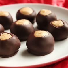 Crazy Good Candy Buckeye Balls II Recipe and Video Peanut Butter Dessert Recipes, Peanut Butter Balls, Easy No Bake Desserts, Candy Recipes, Cookie Recipes, Popcorn Recipes, Sweets Recipes, American Cookies Recipe, Buckeye Cookies
