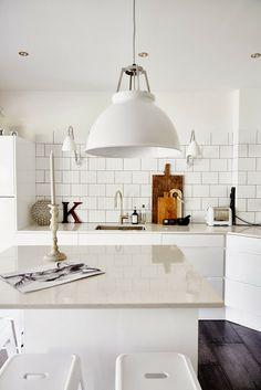 White subway tiles / black grout / matte white pendant -- IngerJohanna