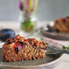 Na blogu przepis na ciasto owsiano-kokosowe ze śliwkami. Link do przepisu w profilu/ Oats & coconut cake with plums #http://ammniam.pl/ciasto-ze-sliwkami-bez-cukru-i-tluszczu/ #sugarfree #oilfree #plums #ciastonajesień #ammniamblog #ammniam #foodblogger #zdrowesłodycze #foodphotography #vegan #plantbased