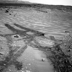 Las huellas de las ruedas dejadas por el robot `Curiosity´ en el suelo arenoso y resbaladizo del Valle Escondido de Marte. /NASA/JPL-CALTECH