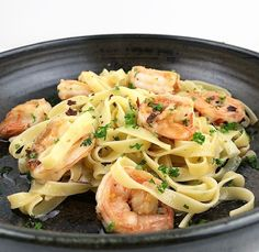 Pasta with gamba's and garlic. Pot Pasta, Pasta Dishes, Healthy Pastas, Easy Healthy Recipes, Aglio Olio, Pasta Facil, Pasta Recipes, Dinner Recipes, Vegan Junk Food