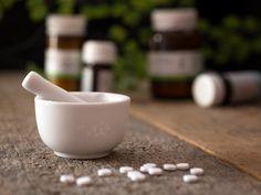 Die Wirkung von Schüßler-Salzen und Bach-Blüten Doppelte Power für einen gesunden Körper Doppelt hilft besser: Schüßler-Salze sind bekannt für ihre stärkende Kraft auf den Körper, Bach-Blüten wirken ausgleichend bei seelischen Schieflagen. Die beiden sanften Naturheilmethoden ergänzen sich perfekt. Wir haben sieben typische Beschwerdebilder für Euch unter die Lupe genommen. Homeopathic Medicine, Homeopathic Remedies, Detox Kur, Mortar And Pestle, Immune System, Weight Gain, Compliments, The Cure, Healthy Living