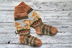 Neulo upeat Kantarellisukat sienihullulle | ET Knitting Socks, Leg Warmers, Fingerless Gloves, Plaid Scarf, Knit Crochet, Winter Hats, Sewing, Patterns, Tights