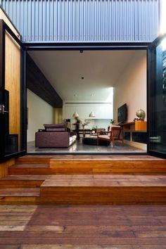 スリット窓と中庭でつながるワークスペースとリビング   住宅デザイン