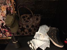 Outfit sportivo con Sneakers mimetiche con borchie e teschi, pantalone bianco con risvolto mimetico, bracciali con teschi neri o color oro, berretto verde e borsa mimetica con manico, stelle nere e borchie.   #Roma #shopping #outfit #bcomebellezza #fashion