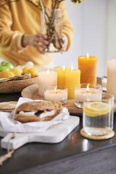 Deze producten hebben stuk voor stuk fijne geurcombinaties die haast therapeutisch werken. Of je nu wilt ontspannen of juist een energie boost nodig hebt; met deze geuren gaat dat zeker lukken. De collectie heeft uitgebalanceerde geuren met een vrolijke verpakking. De kleuren hebben een natuurlijk aantrekkingskracht en zorgen voor nog een nog betere beleving. De geurcollectie bestaat uit uitgebalanceerde geuren zoals lavendel, mango, rozen, citrus, kaneel en appel en houtachtige geuren. Wax, Candles, Table Decorations, Home Decor, Decoration Home, Room Decor, Candy, Candle Sticks, Home Interior Design