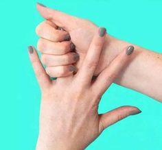 Она держит себя за палец 20 секунд. Результат просто поразительный! Безымянный палец: проблемы с пищеварительной системой и пессимизм