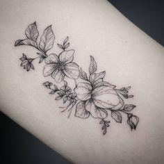 """Gefällt 1,596 Mal, 6 Kommentare - Frauke Katze (@fraukekatze) auf Instagram: """"Details. The flowers are inspired by her music box design.   #botanicaltattoo #flowertattoo…"""""""