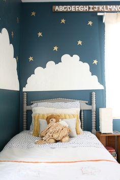 Une chambre de petit garçon. Bleu prusse, gros nuage et belles étoiles