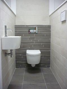 Modern toilet met natuurlijke kleuren.