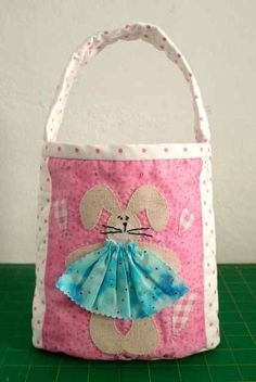 Just in time for Easter (pattern includes a boy option!) Easter Bunny Tote Bag - Free Pattern and Sewing Tutorial by Lesley of Sew Happy Me Sewing Tutorials, Sewing Projects, Sewing Patterns, Sewing Ideas, Quilting Thread, Hand Quilting, Bunny Bags, Baby Kind, Kids Bags