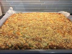 Tämä ison raparperipiirakan ohje löytyi Kotiliedestä nimellä Maisemakahvilan raparperipiirakka. Ohjeen oli antanut Hämeenkyrön maisemakah... My Favorite Food, Favorite Recipes, Sweet Pastries, Sweet Pie, Pastry Cake, Deli, Great Recipes, Interesting Recipes, Macaroni And Cheese