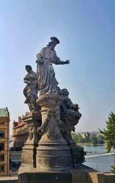 Estatuas. Puente de Karlov.  Praga