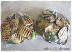 Dondurucuda sebze saklama yöntemleri kişiden kişiye değişiyor. Bazısı kızartıyor, bazısı pişiriyor, bazısı çiğden koyuyor. Bugün patlıcanları dondurucuda nasıl sakladığımdan bahsetmek istiyorum. Be…