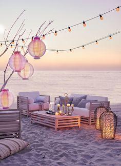 Lampions, Kerzen und stilvolle Lounge Sessel und Sofa für den perfekten Abend im Freien