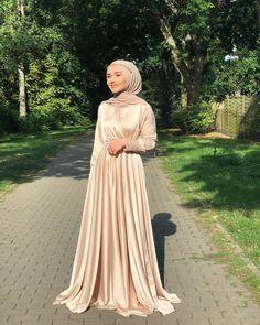 Hijab Unterwäsche Modelle 2020 Source by mudemarisna outfits hijab Hijab Prom Dress, Hijab Evening Dress, Hijab Wedding Dresses, Modest Dresses, Simple Dresses, Evening Dresses, Hijab Bride, Prom Dresses, Muslim Prom Dress