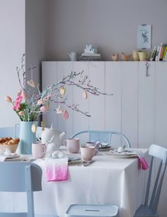 16 Easter Table Setting Up Ideas – Cheap & Easy Decoration For Small Party Easter Table Settings, Pastel House, Pastel Decor, Festa Party, Table Set Up, Easter Tree, Easter Celebration, Deco Design, Deco Table