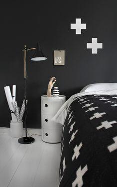 La maison d'Anna G.: 1 chambre - 4 tables de chevet - black + white bedroom with white crosses Table Basse Noguchi, One Bedroom, Bedroom Decor, Bed Room, Bedroom Corner, Bedroom Simple, Black White Bedrooms, Black Rooms, Black Walls