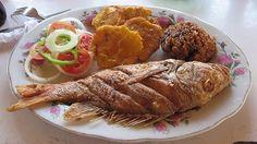 Pescado frito con patacon y arroz con coco. Comidas típicas del Caribe