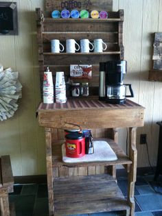 Trendy home bar pallet coffee stations ideas Coffee Bar Station, Coffee Station Kitchen, Home Coffee Stations, Beverage Stations, Pallet Crafts, Diy Pallet Projects, Coffee Bar Design, Coffee Corner, Decorating Coffee Tables