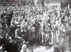 La foule célèbre dans les rues de Montréal le «Jour de la Victoire», le 8 mai 1945