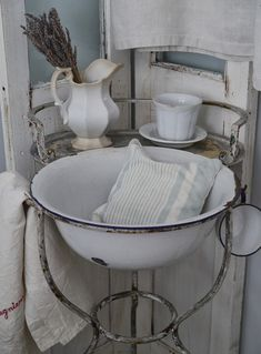 I am TOTALLY in love with this sink and the all white chippy look.