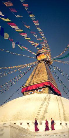 Boudhanath Stupa in Kathmandu, Nepal - Explore the World with Travel Nerd Nici Monte Everest, Cool Places To Visit, Places To Travel, Places To Go, Voyage Nepal, Nepal Kathmandu, Himalaya, Tibetan Buddhism, Peaceful Places