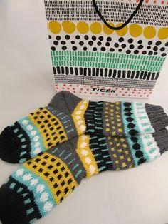 Viime viikolla kävin ostamassa keväisiä juttuja Tigeristä. Siellä silmään osui hieno lahjakassi. Ajattelin heti, että onpa hienot kuv... Crochet Socks, Knit Or Crochet, Knitting Socks, Knitting Stitches, Hand Knitting, Knitting Patterns, Yarn Bombing, Wool Socks, How To Purl Knit