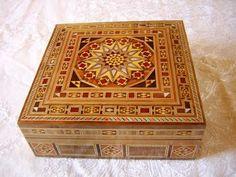 El dia a dia: Objetos de taracea granadina Decorative Boxes, Woodworking, Creative, Ottomans, Home Decor, Wooden Chest, Marquetry, Boxes, Wood Boxes