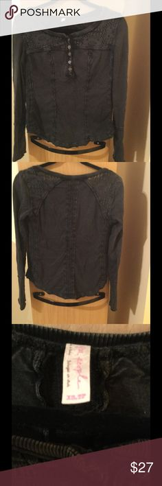 "Free people Sz XS charcoal tee shirt In very good condition worn handful times Free people Sz XS tee shirt in charcoal color .17"" armpit to armpit ,22,5"" length.24"" sleeves . That's a petite XS Free People Tops Tees - Long Sleeve"