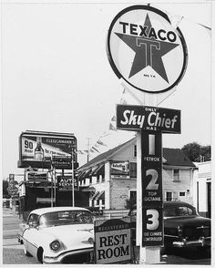 Old Texaco Sky Chief gas station. Old Gas Pumps, Vintage Gas Pumps, Vintage Auto, Vintage Trucks, Vintage Signs, Vintage Items, Pictures Of Gases, Pompe A Essence, Gas Service