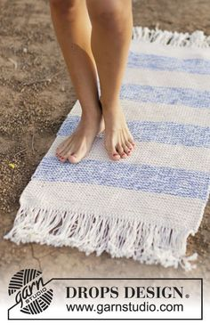 """Knitted DROPS carpet in garter st with fringes in 3 strands """"Paris"""". ~ DROPS Design"""