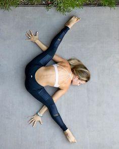 体が柔らかいと疲れにくい、消費カロリーがアップするなどいいことづくめです♡ 1日5分のストレッチで体改革してみませんか? 体が硬い人でもできる超初級篇と標準篇に分けて、それぞれのプログラムをご紹介します。