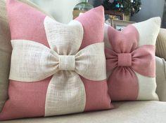 Una paleta de colores relajantes de blush rosado y arpillera blanco se combinan para hacer esta cubierta de la almohadilla de arco hermoso. También puede solicitar esta almohada en todo color de rosa en rosa o blanco en opción blanco. Los detalles: -El listado es para la cubierta de una almohada -Cierre envolvente -Insertar tamaño 17 x 17 aproximadamente a la medida de una almohada de 18 x 18 -Punto limpio -Almohada cubierta * no incluido * -Tela bordes son serged para evitar que se…