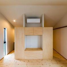 自然の恵みを感じる家の写真 テレビボードのある洋室