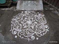 Rangoli Friday sangu kolam in white. 9 to 5 interlaced dots | m.iKolam.com