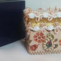 Azúcar, Hogar y Diseño Caja de madera Forrada en tela de tapicería de alta calidad. Pasamanería fina. Dije. Imagen de tapa trabajada en dorado ducado y baño cristal. $ 180.-