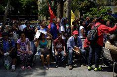 """María desea comprar comida a precios subsidiados. Tony vive en la calle y sueña con una vivienda. El gobierno venezolano promete que las tendrán con el nuevo """"Carnet de la Patria"""", tarjeta electrónica que sus críticos señalan como un moderno mecanismo de control social.</p>"""