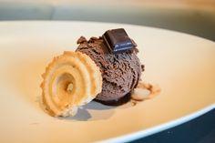 Das Schokoladen-Mousse Eis ist der Inbegriff der Schoko-Mousse - dick-cremig und sehr intensiv schokoladigIch habe es in meinem letzten Artikel zum Apfel-Sorbet bereits angekündigt und nun löse ich ...