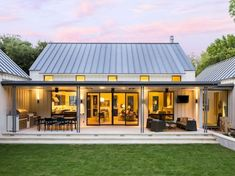 Extraordinary modern farmhouse in rural Texas by Olsen Studios (Step Design Exterior) Modern Farmhouse Design, Modern Farmhouse Exterior, Farmhouse Style, Farmhouse Decor, Urban Farmhouse, Farmhouse Layout, Farmhouse Interior, Country Style, Farmhouse Architecture