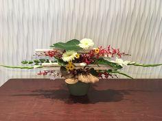 Layered Design Modern Floral Arrangements, Flower Arrangements, Simple Flowers, All Flowers, Ikebana, Modern Floral Design, Floral Designs, Topiary Centerpieces, Diy Plastic Bottle