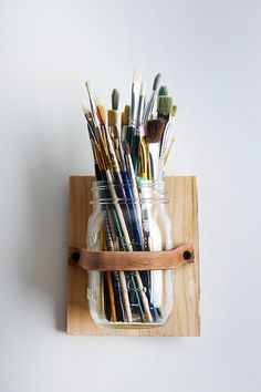 DIY Leather Mason Jar Holder > cool art studio organization for paintbrushes holder Pot Mason Diy, Mason Jar Crafts, Mason Jars, Glass Jars, Mason Jar Holder, Glass Holders, Art Studio Organization, Organization Ideas, Art Studio Storage