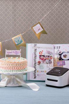 Mit dem ZINK Etikettendrucker von Brother können Dekosachen gebastelt , Geburtstagskuchen dekoriert oder Erinnerungen festgehalten werden! Tricks, Brother, Hobbies, Happy Birthday, Spring, Diy, Birthday Cakes, Binder, Memories