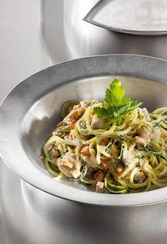 vegane Zucchini-Spaghetti mit Tofu und Mandeln